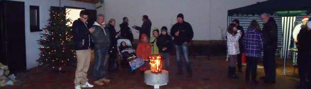 Weihnachtsfest der Meute im Schlosshof.