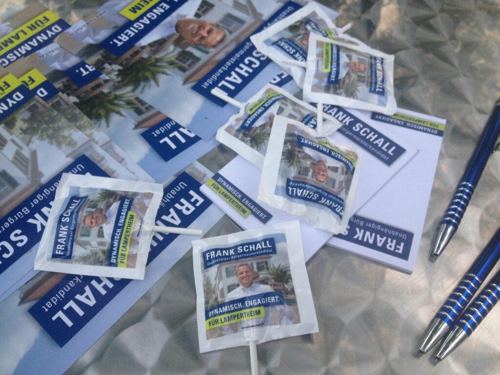 Wahlkampf-Untensilien  auf dem Stehtisch am Wahlkampf-Stand.